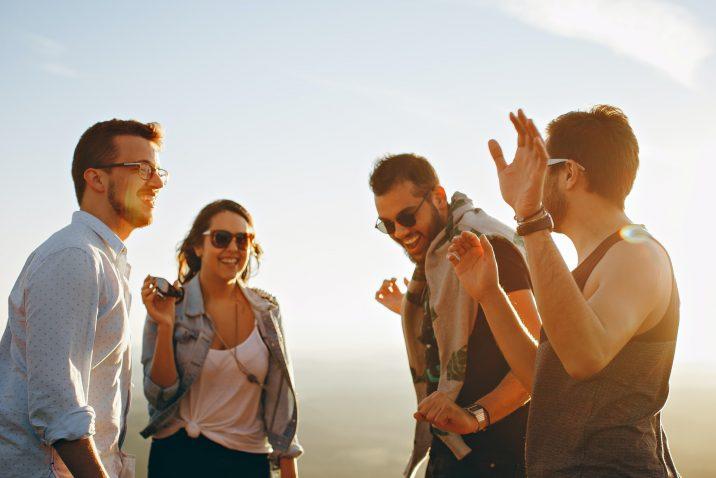 Kennis maken: groepje met elkaar in gesprek
