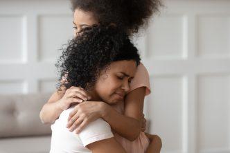 Kracht van kwetsbaarheid, moeder en dochter in omhelzing