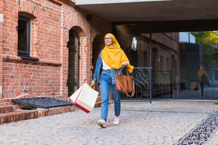 winkelend vrouw met gele hoofddoek