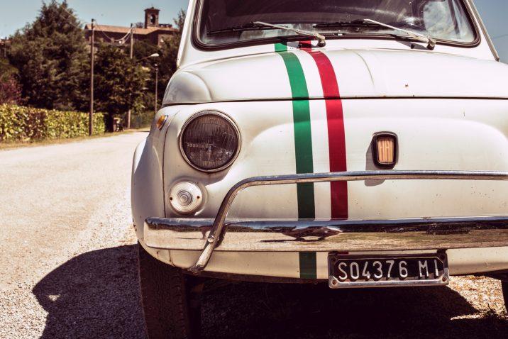 Fiat 500 met Italiaanse vlag: thuisvakantie