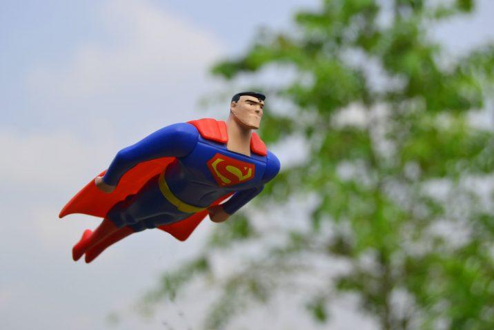 Non-responder: superman poppetje vliegt door de lucht
